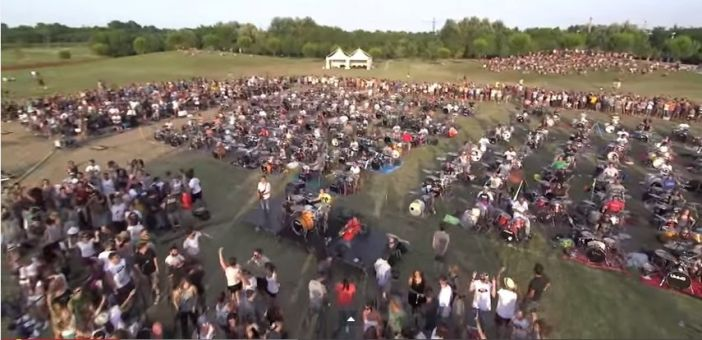 Watch 1000 people play Foo Fighters' 'Learn To Fly'